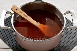 Воду слить в кастрюлю. Добавить сахар (0,75 стакана) и лимонную кислоту (0,5 ч. л.). Довести до кипения и проварить 1 минуту.