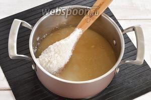 В кастрюле соединить 200 мл воды и 400 г сахара. Довести до кипения и варить на минимальном огне 2 минуты. Сахар должен раствориться.