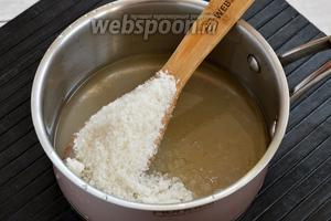 Сахар (500 г) соединить с водой (3/4 стакана), довести до кипения и проварить 1 минуту.
