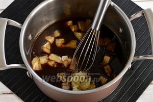 В сотейник добавить порезанные ананасы (180 г) и проварить 1 минуту.