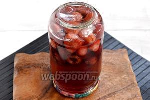 Залить кипящий сироп в банки с ягодами. Сразу закатать. Перевернуть банки вверх дном и оставить до полного остывания.
