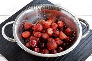 Черешню и клубнику перебрать, промыть, удалить испорченные ягоды, чашелистки, плодоножки.