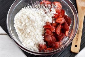 У черешни (1 кг) удалить косточки. Клубнику (1 кг) разрезать на 2-3 части. Засыпать ягоды сахаром (1 кг) и оставить на 3-4 часа для того, чтобы они пустили сок.