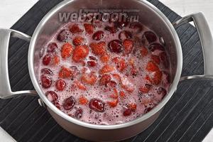Поместить ягоды вместе с соком в кастрюлю. Довести до кипения и проварить на небольшом огне 1 минуту. Снять пену. Оставить на 12 часов.