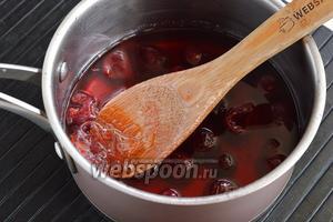 Снять кастрюлю с огня и добавить отжатый от воды желатин, лимонную кислоту. Перемешать до полного растворения желатина (1 минуту). Охладить до комнатной температуры.
