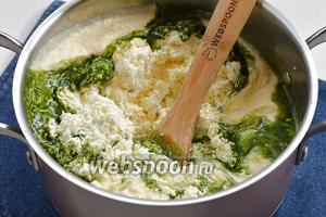 Творог (500 г) дважды пропустить через мясорубку с мелкой решёткой. Соединить творог со сливками и шпинатно-мятной массой.