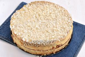 Посыпать торт сверху крошкой из вафельных коржей. Отправить торт в холодильник на 1 сутки.