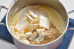 Добавить измельчённый арахис, мягкое сливочное масло (300 г), просеянную с разрыхлителем (6 г) муку (340 г), сгущённое молоко (3 ст. л.).