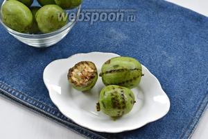 Орехи (1 кг) вымыть, срезать «попки» и проколоть каждый орех насквозь много раз шилом или толстой иголкой.