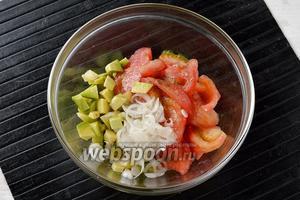 Соединить помидоры, лук, авокадо. Добавить подсолнечное масло (3 ст. л.), соль и перец по вкусу. Перемешать.