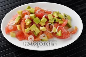 Салат из помидоров и авокадо готов.
