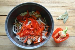 Добавляем соломкой нарезанный 1 болгарский перец.