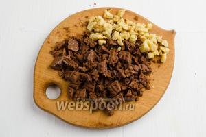Поджаренные орехи (50 г) и печенье (50 г) нарубить мелкими кусками.