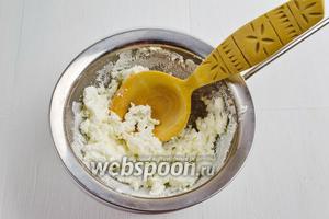 Творог мягкий и жирный (200 г) перетереть через сито или пропустить через мясорубку.