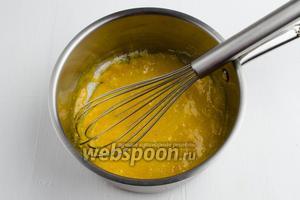 Желтки (3 штуки) растереть с сахаром (80 г) до однородной массы.