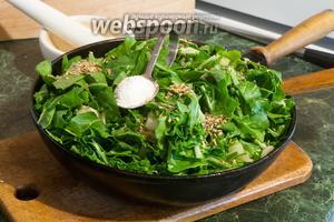 Добавляем всю подготовленную зелень, соль (по вкусу) и размятый пажитник (1 ст. л.) в спассерованный лук.