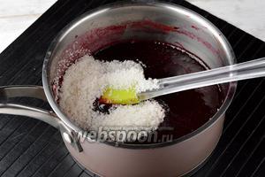 Протереть массу через сито. Поместить пюре в кастрюлю, добавить 120 г сахара и проварить 15 минут.