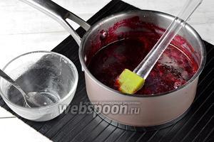 В горячее пюре добавить набухший агар-агар и варить, помешивая, 10 минут.