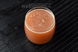 Свежевыжатый яблочный сок готов.