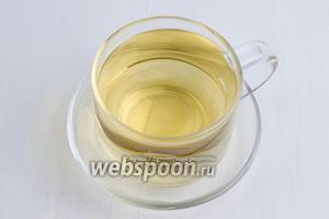 Разлить чай по чашкам. Добавить в каждую чашку мёд (1 ч. л.) и тонкую дольку лимона. Подать к столу после ужина.