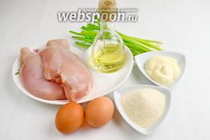 Для приготовления котлет по-французски, нужно взять куриное филе, яйца, лук зелёный, чеснок, майонез, манную крупу, воду, соль, перец, тимьян, масло сливочное и подсолнечное.