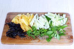 Сельдерей (2 стебля), перец (1 шт.), огурец (1 шт.) и промытый чернослив режем соломкой. Базилик и петрушку (по 5 веточек) разбираем на листочки.