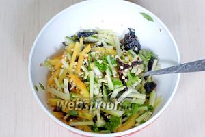 Соединяем все компоненты, заправляем салат оливковым маслом (30 мл), солим по вкусу. Полезный салат с зелёной гречкой готов.