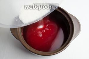 Добавить сахар (700 г). Размешать деревянной ложкой сок до растворения в нём сахара.