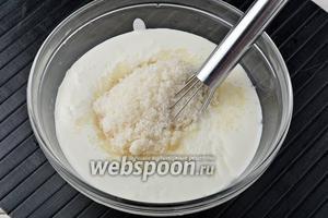 Соединить 400 г сметаны с сахаром (4 ст. л.).