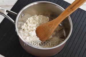 Соединить сахар (90 г), ванильный сахар (20 г) и сухое молоко (35 г). Хорошо растереть.