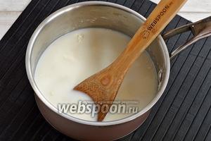 Влить 400 мл молока и довести до кипения.