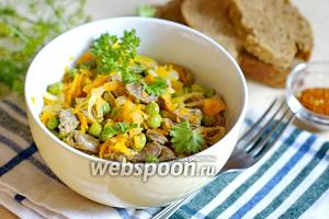 Салат из куриных сердечек с морковью и горошком