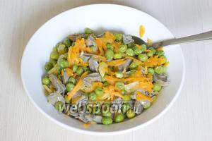 Перекладываем горошек с морковью и луком в салатник, смешиваем с сердечками. Салат готов. При подаче, по желанию, можно украсить зеленью.