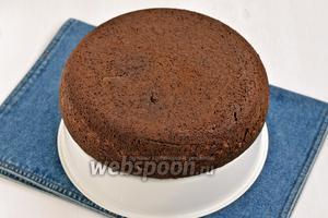 Бисквит на раз, два, три готов. Не забудьте после остывания бисквита, сразу замотать его в пищевую плёнку и оставить на несколько часов, чтобы он стал нежнее и сочнее.