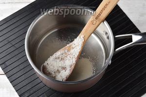 В кастрюле соединить 2 столовых ложки сахара и 200 мл воды. Довести до кипения, помешивая, чтобы растворился сахар. Проварить 2 минуты. Охладить.