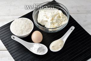 Для приготовления творожного пудинга нам понадобится жирный творог, яйца, сахар, сметана, сливочное масло.