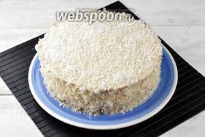 Дальше выложить безе, крем и второй пласт бисквита, также смазанный 4 ст. л. вишнёвого джема, (выложить его джемом внутрь к крему). Верх и бока торта смазать кремом. Верх посыпать кокосовой стружкой, а бока — крошкой. Торт готов.