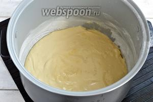 Чашу мультиварки (у меня мультиварка Polaris) смазать сливочным маслом (1 ст. л.), присыпать мукой (1 ст. л.). Выложить в подготовленную чашу тесто.