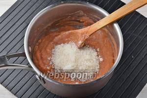 Добавить сахар (100 г) и проварить ещё 10-12 минут. Масса должна стать достаточно густой.