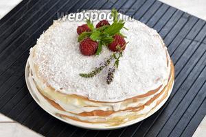 Блинный торт со сметанным кремом готов. Перед подачей отправьте торт в холодильник на 1-2 часа для того, чтобы блины хорошо пропитались кремом.