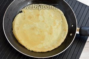 На сухой, горячей сковороде испечь тонкие блины.