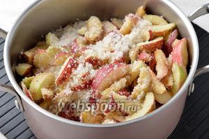 Яблоки (1 кг) помыть, удалить сердцевину и нарезать ломтиками, толщиной 0,7-1 см. Поместить ломтики яблок, слоями, в кастрюлю, посыпав каждый слой сахаром. Оставить на 12 часов, чтобы яблоки пустили сок.