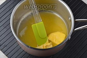 В толстостенной кастрюле растопить сливочное масло (50 г).