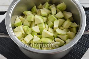 Кабачки (1300 г) очистить от кожицы и порезать небольшими кусочками.
