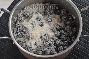 Засыпать ягоду сахаром (300 г), аккуратно перемешать и отправить в холодильник на 1 ночь (или на 8 часов).