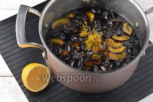 С 1 половинки лимона снять цедру и выжать сок. Добавить цедру и лимонный сок к сливам.
