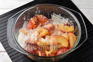 Персики (800 г) промыть, разрезать пополам и вынуть косточку. Разрезать половинки персиков на дольки и засыпать сахаром (500 г). Аккуратно перемешать. Оставить на 3 часа.