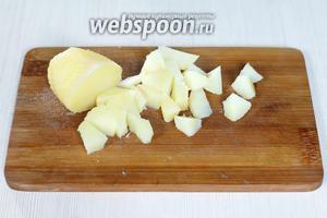 Картофель (4 средних штуки) отвариваем до готовности, чистим горячим и режем кусочками.