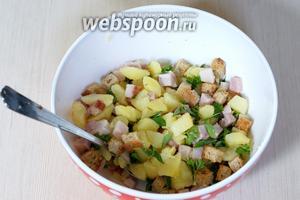 Соединяем бекон, картофель, зелень и заправку, солим по вкусу. Непосредственно перед подачей добавляем сухарики (50 г). Салат готов.