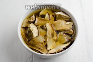 Сушёные грибы (30 г) замочить в холодной воде на 20 минут.